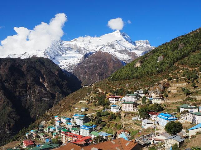 Namche Bazaar ligt op 3440 meter hoogte en is een belangrijke handelsstad in de Nepalese Himalaya. Dorpsbewoners uit heel de omgeving reizen er naar af om inkopen te doen.  Credits: Anne van Kessel voor Nemo Kennislink via CC BY-NC-ND 2.0