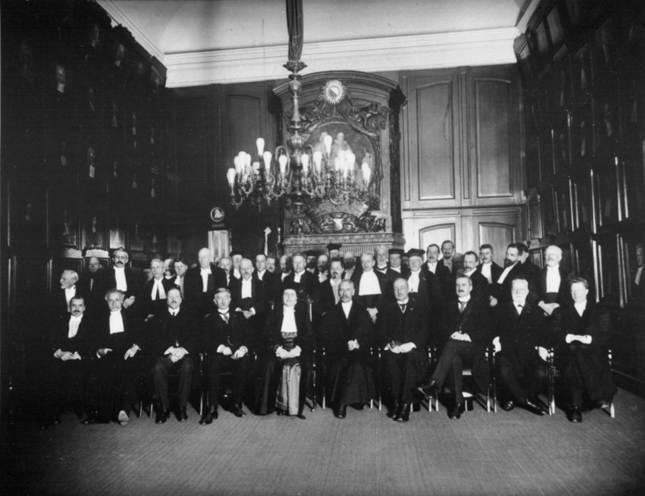 Groepsportret, gemaakt na de oratie van professor Johanna Westerdijk op 10 februari 1917 aan de Rijksuniversiteit Utrecht. Credits: Atria, Fotopersbureau Holland, publiek domein